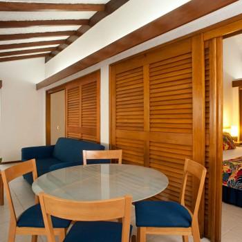 Sala de Bungalow Tipo 2 (Doble) — Hotel Irotama Resort, Santa Marta (Colombia) www.irotama.com. Fotógrafo Mario Carvajal (www.mariocarvajal.com) - Astrolabio, fotografía de hoteles (www.astrolabio.com.co)