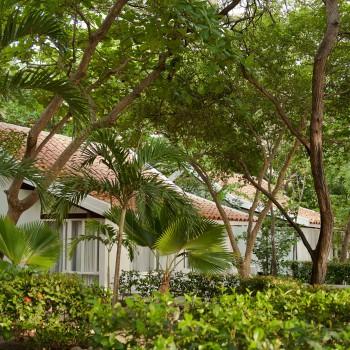Fachada de Bungalows — Hotel Irotama Resort, Santa Marta (Colombia) www.irotama.com. Fotógrafo Mario Carvajal (www.mariocarvajal.com) - Astrolabio, fotografía de hoteles (www.astrolabio.com.co)