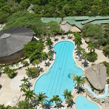 Vista aérea de la piscina y del centro de convenciones — Hotel Irotama Resort, Santa Marta (Colombia) www.irotama.com. Fotógrafo Mario Carvajal (www.mariocarvajal.com) - Astrolabio, fotografía de hoteles (www.astrolabio.com.co)